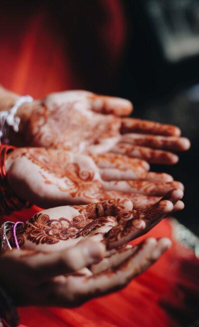حنابندان و تززین دست های عروس